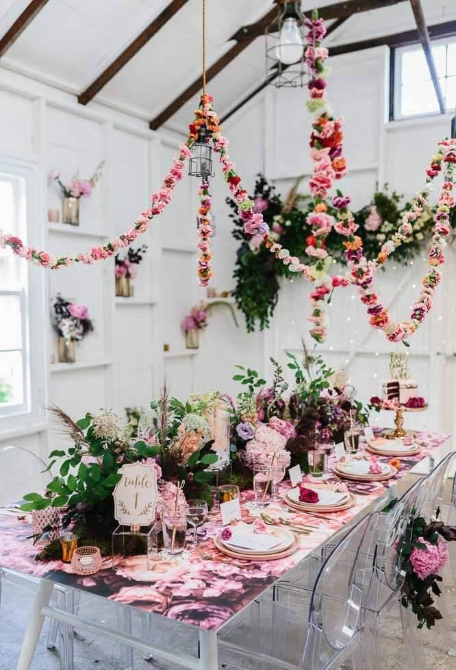 Decoração com flores na mesa de convidados