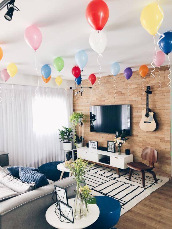 Festa em casa com balões no teto da sala