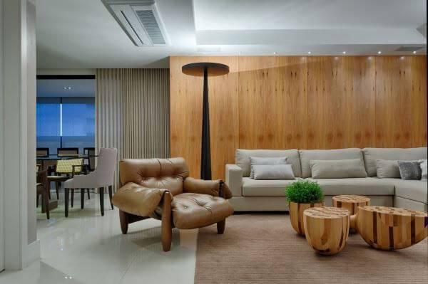Decoração de sala de estar com painel de madeira