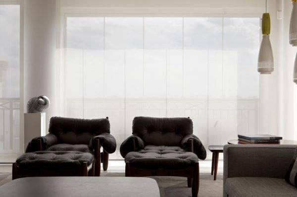 Decoração de sala de estar com poltrona mole e luminária