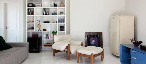 Decoração de sala de estar com poltrona mole branca