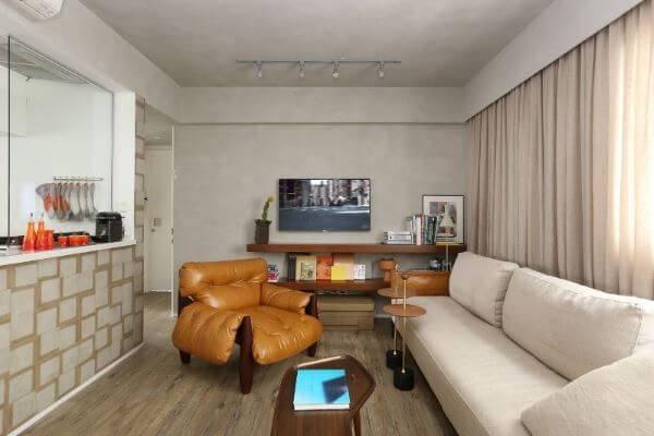 Decoração de sala de estar com poltrona mole e sofá claro