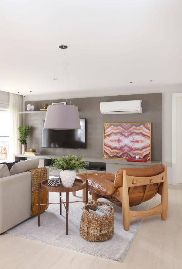Sala de estar neutra com poltrona mole próximo ao sofá