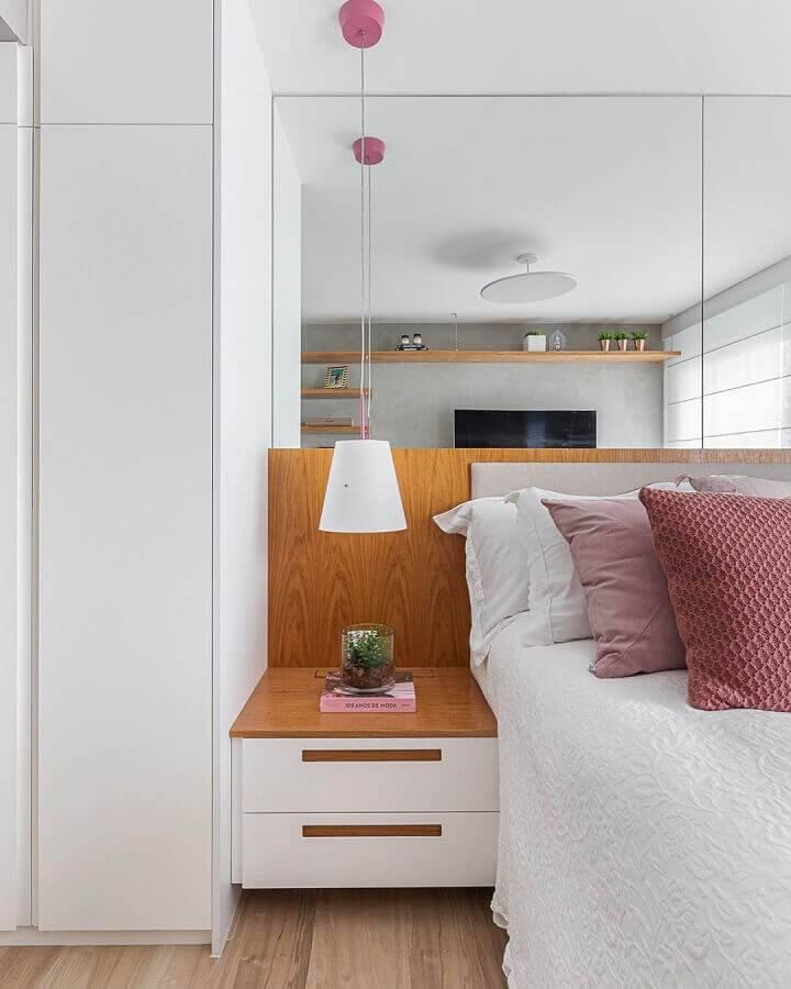 detalhes em madeira para quarto de casal na cor branca Foto Duda Senna