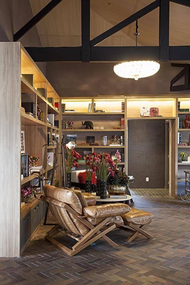 Poltrona mole em sala rústica