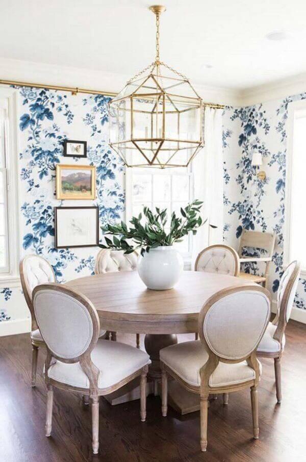 Sala de jantar deslumbrante com papel de parede floral