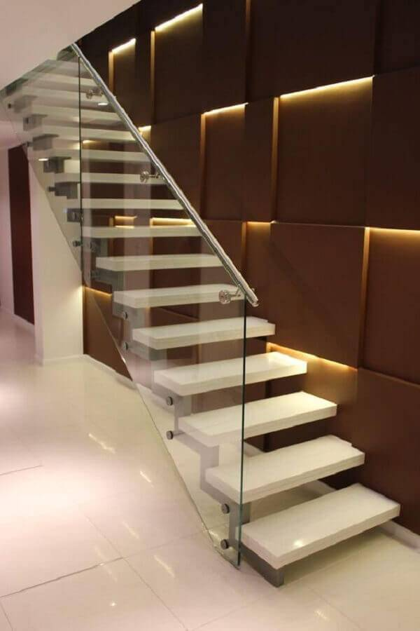 escada com guarda corpo de vidro e alumínio Foto ArchDaily