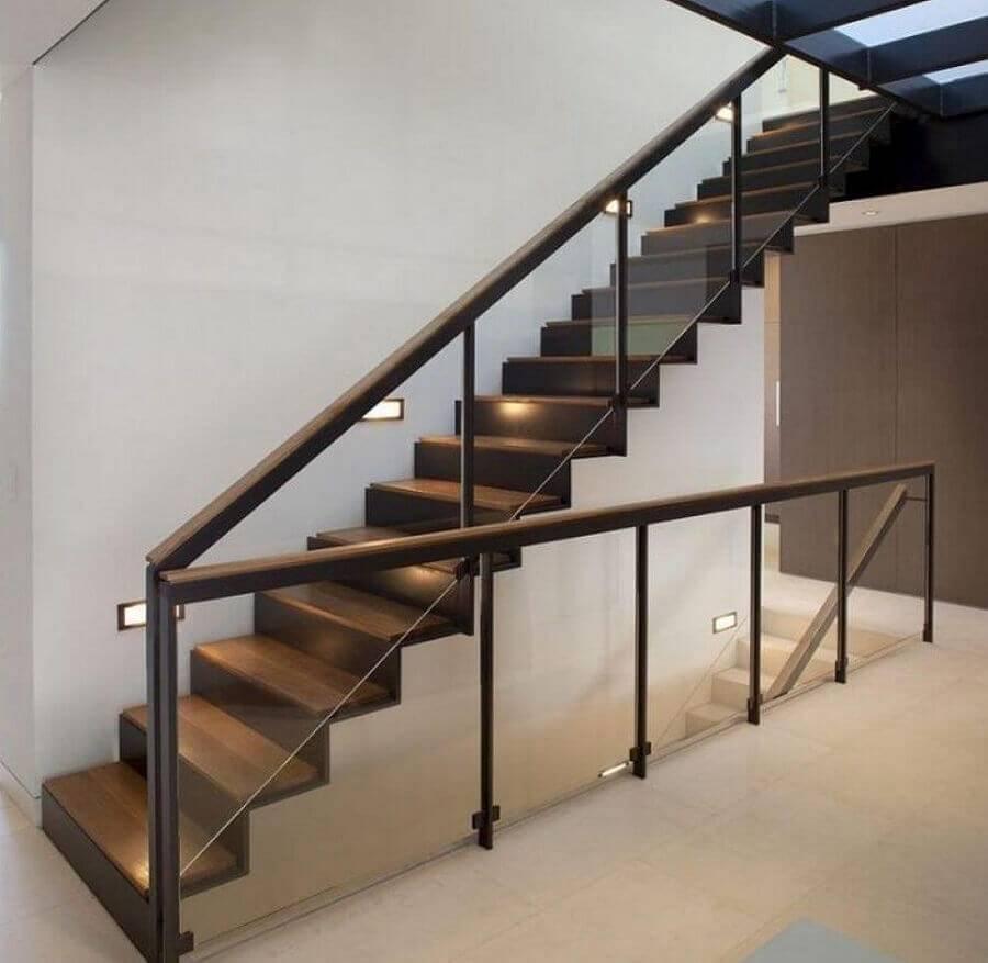 escada de alvenaria com guarda corpo de vidro e corrimão de ferro Foto Assetproject