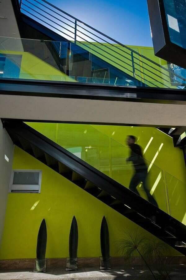 escada de ferro com guarda corpo de vidro Foto Architizer