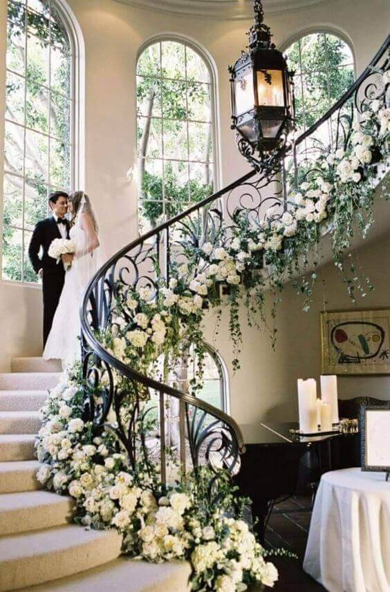 Escada decorada com flores naturais para uma festa de casamento