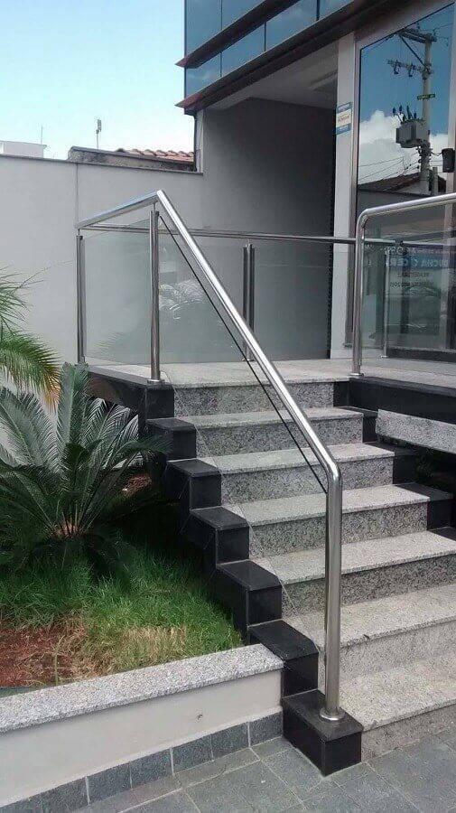 escada externa com guarda corpo de vidro e alumínio Foto Pinterest