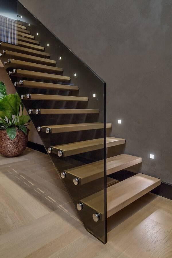 escada moderna de madeira com guarda corpo de vidro Foto Pinosy