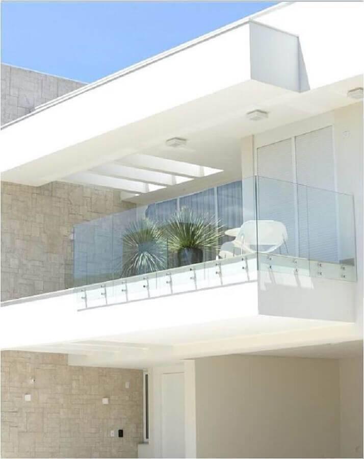 fachada toda branca com guarda corpo de vidro para sacada Foto Farinazzo Arquitetura