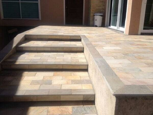 Terraço com escada revestido com pedra miracema