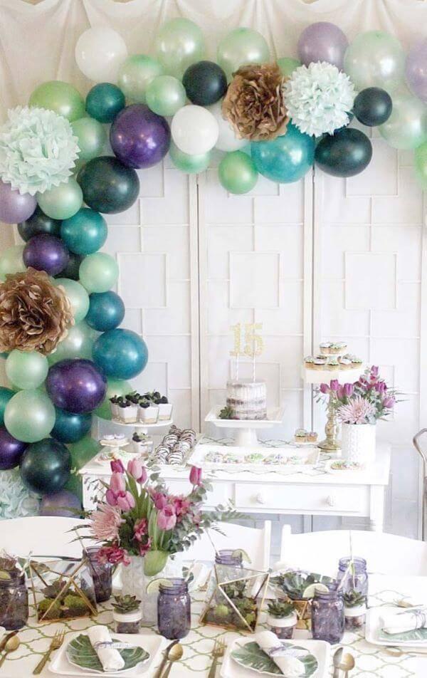 Festa em casa para 15 anos com tons de roxo linda e simples