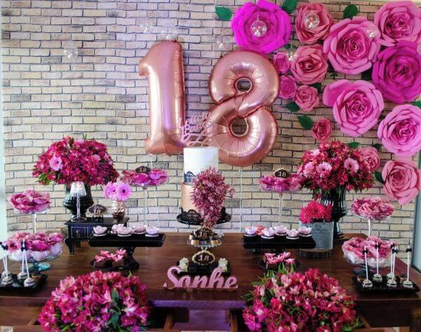 decoração de festa com flores de papel e flores naturais