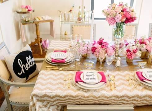 Festa em casa com decoração rosa e dourado