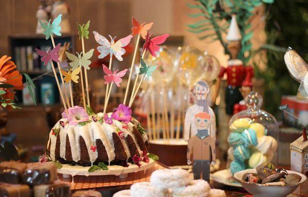 Festa em casa com flores decorando o bolo