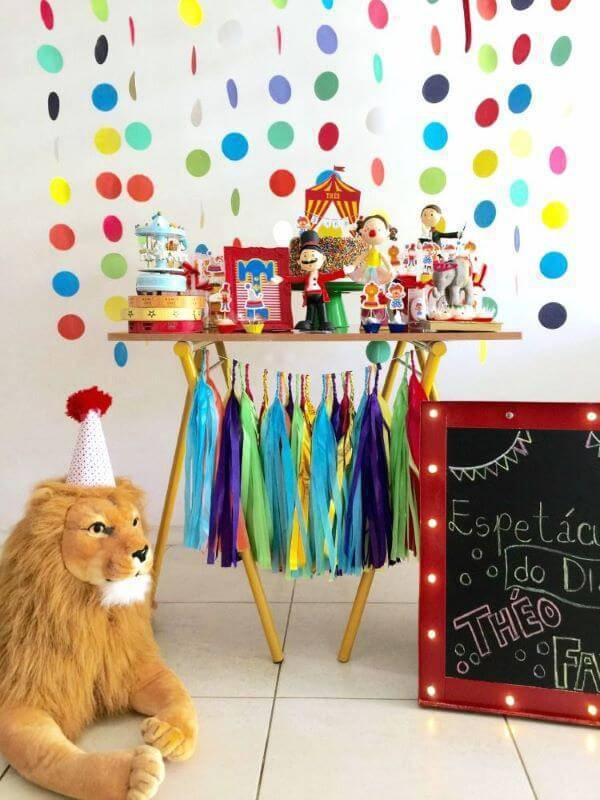 Festa em casa com detalhes coloridos e animais de pelúcia para o tema circo