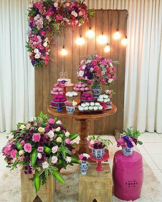Festa em casa com flores cor de rosa e roxo