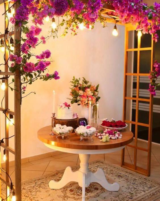 Festa em casa com flores cor de rosa