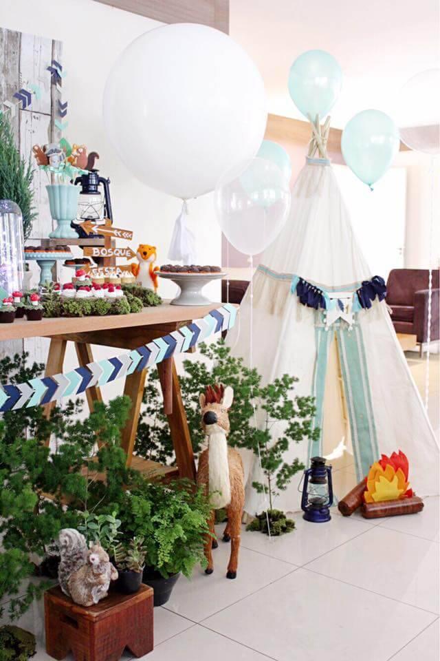 Festa em casa infantil com cabana para fotos