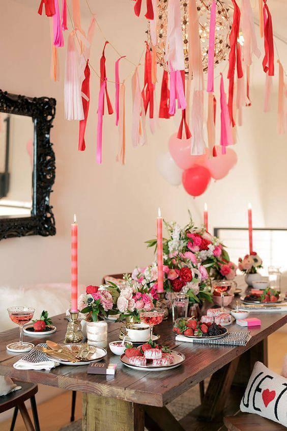 Festa em casa com mesa de jantar decorada