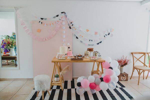 Festa infantil em casa decorada com balões