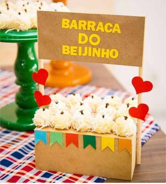 Festa junina com barraca do beijo