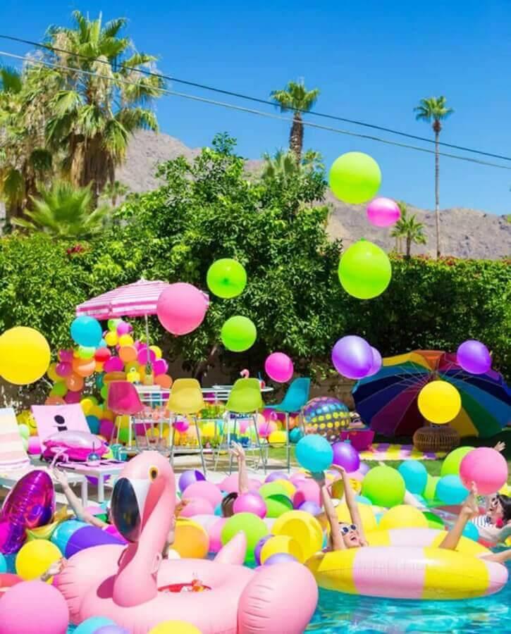 festa surpresa na piscina Foto Brit + Co
