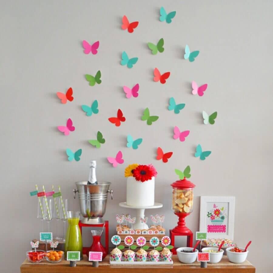 festa surpresa simples decorada com borboletas de papel na parede Foto Coisas da Bonfa