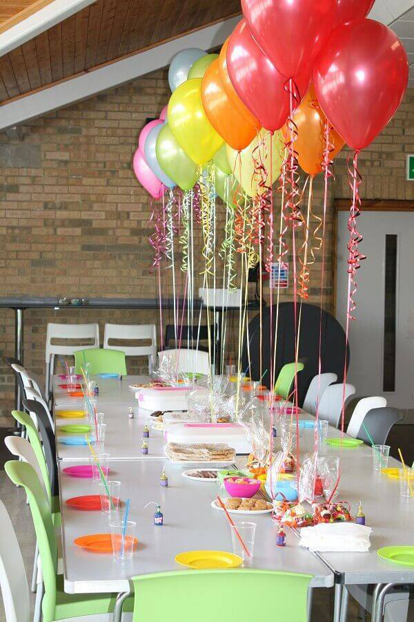 simple and inexpensive surprise party decorated with colourful Foto Wall Maxx balloons