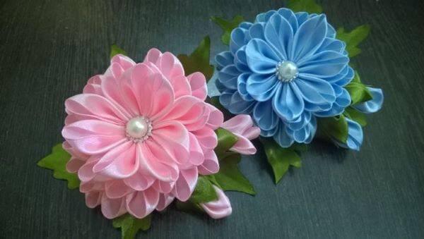 Flor de cetim com pérola para usar na decoração de casa