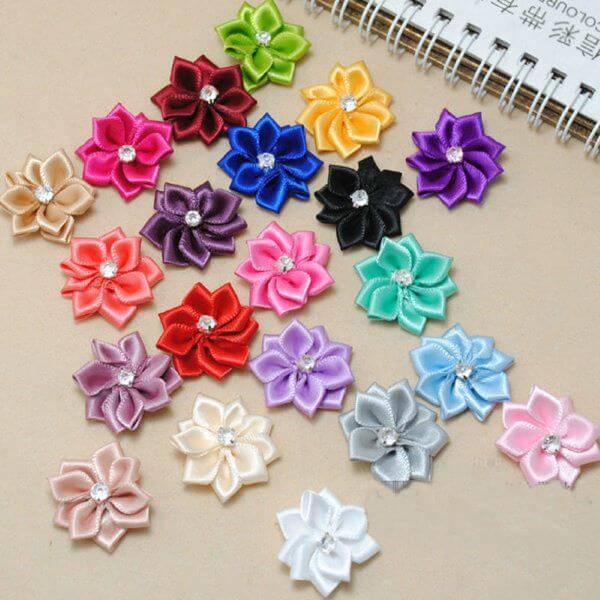 Flor de fitas coloridas para você decorar a casa