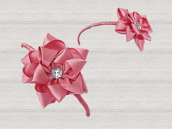 Flor de fita cor de rosa no acessório de casa