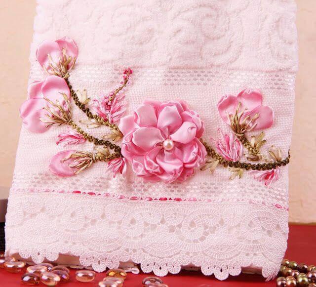 Flor de cetim na toalha bordada
