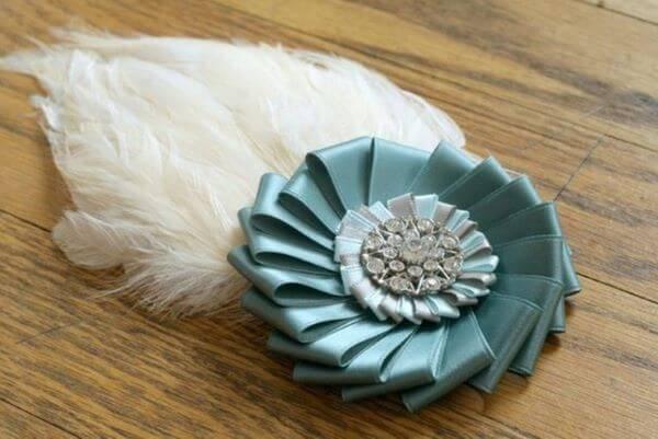Flor de fita de cetim com plumas e brilhos