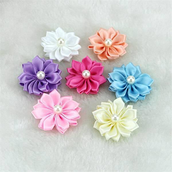 Flor de fita de cetim com cores coloridas