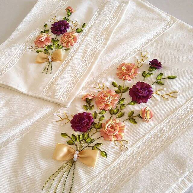 Flor de fita de cetim no kit lavabo
