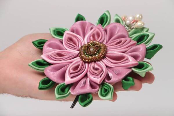 Flor de fita de cetim com bordados de pérolas