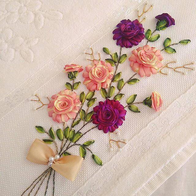 Flor de fita de cetim na toalha de casa
