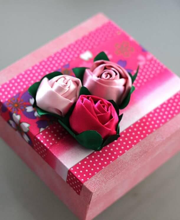 Caixa decorada com flor de fita de cetim