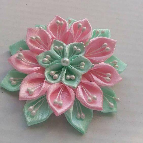 Flor verde e rosa com pérolas