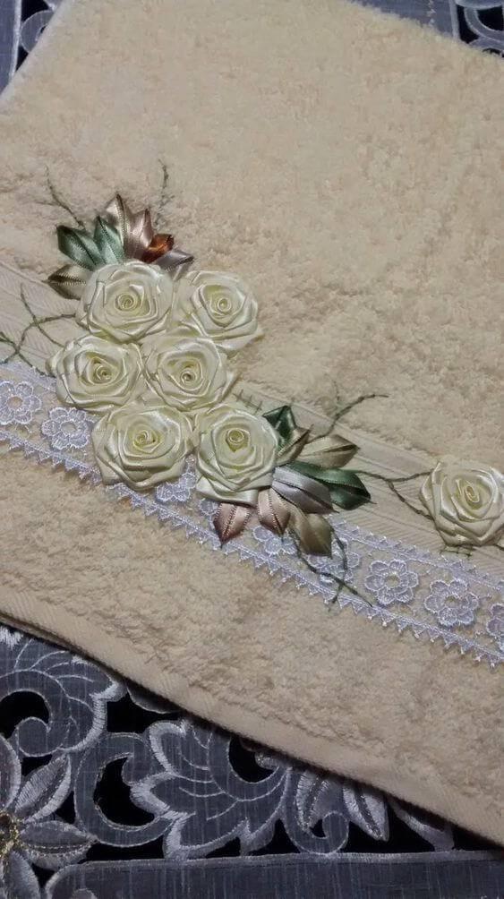 Flor de fita de cetim para colocar na toalha