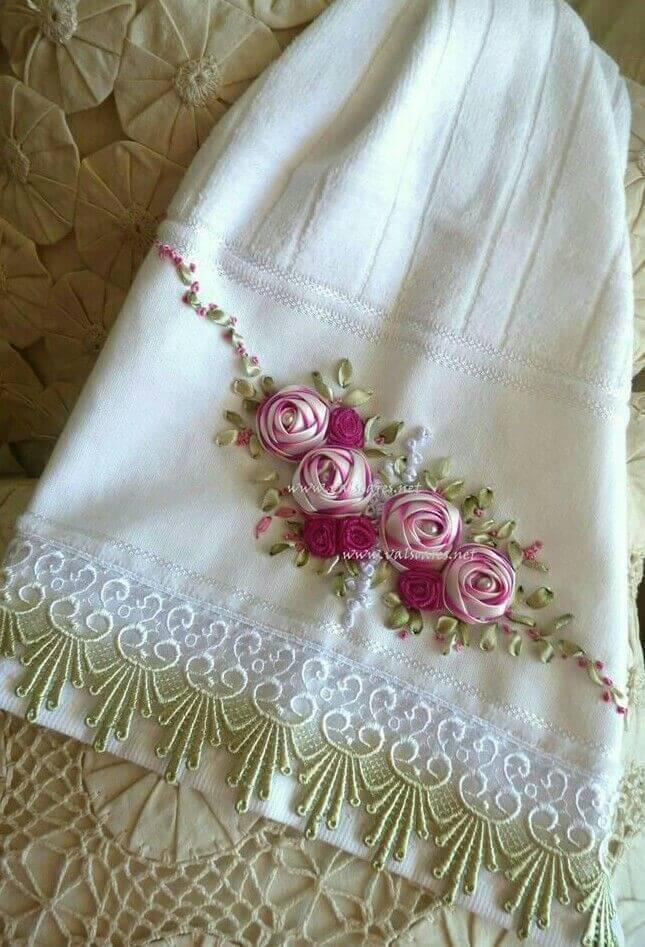 Decore a toalha com as flores de fitas