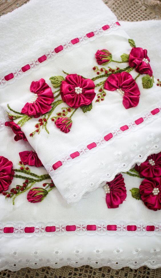 Toalha de banheiro decorada com flor de fita de cetim