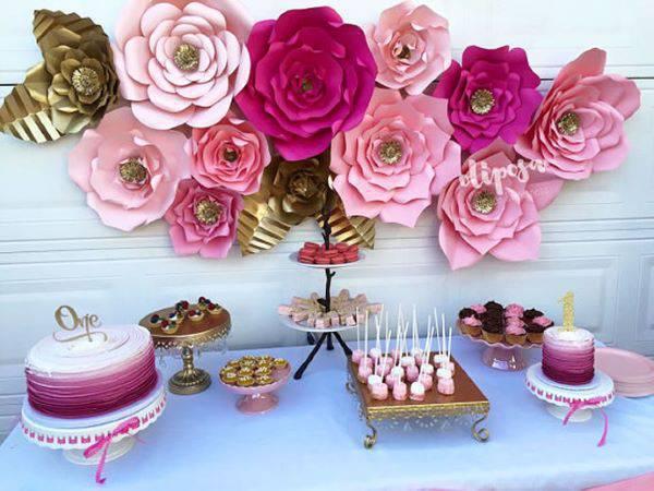 Flores de papel no painel da casa