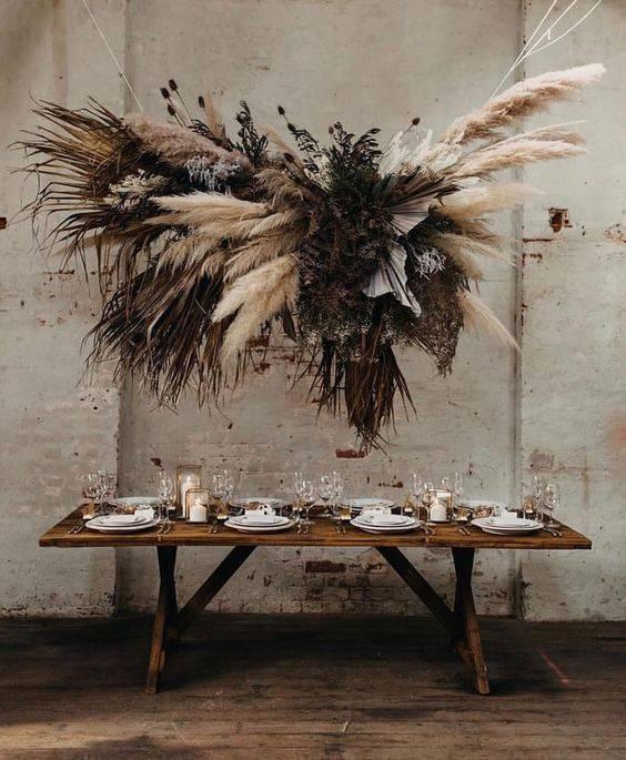 flores secas - mesa com arranjo suspenso de flores secas