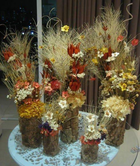 flores secas - mesa com arranjos de flores