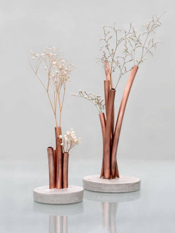 flores secas - tubos com base de concreto com flores